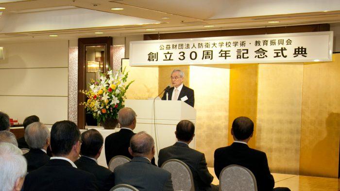 式典で挨拶する西原理事長