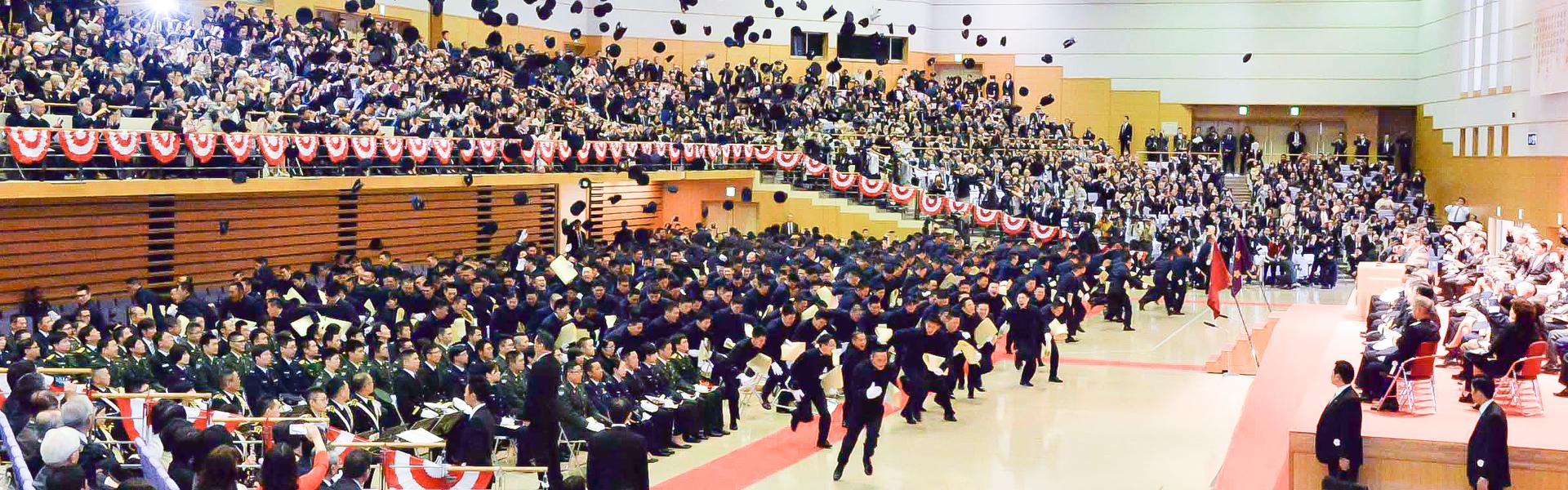 卒業式での帽子投げ